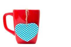 Tasse rouge avec la forme de coeur d'isolement sur le fond blanc Photo stock