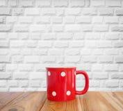 Tasse rouge avec le modèle de point de polka Photo stock