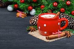 Tasse rouge avec les biscuits blancs chauds de chocolat et de pain d'épice Images libres de droits
