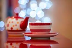 Tasse rouge chaude de café ou de thé Photos libres de droits