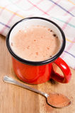 Tasse rouge d'émail avec du lait et le cacao Image stock