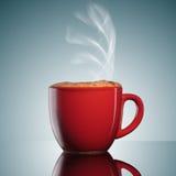Tasse rouge de café chaud avec de la fumée photographie stock