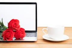 Tasse rouge de rose et de café avec la maquette d'ordinateur portable sur le blanc photographie stock libre de droits