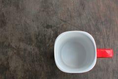 Tasse rouge vide sur la table en bois images libres de droits