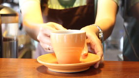 Tasse servante d'In Coffee Shop de barman d'expresso banque de vidéos
