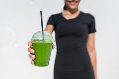 Tasse servante de smoothie de femme verte de serveuse au café images stock