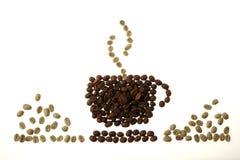 Tasse, soucoupe et vapeur de café, faites de haricots Photographie stock libre de droits