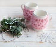 Tasse sur la table en bois blanche avec le décor décoratif de Noël Fond confortable d'hiver Photos stock