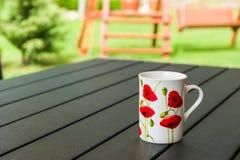 Tasse sur une table Photographie stock libre de droits
