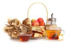 Tasse Tee, Apfelkuchen und Strohkorb und -blumen Stockfoto