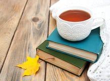 Tasse Tee auf alte Bücher Lizenzfreie Stockfotos