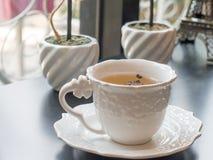 Tasse Tee auf dem Fensterbrett Stockfotografie