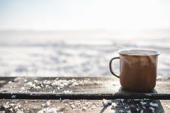 Tasse Tee auf dem Holztisch draußen Stockfoto