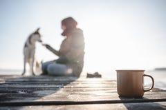 Tasse Tee auf der hölzernen Beschaffenheit Lizenzfreie Stockbilder