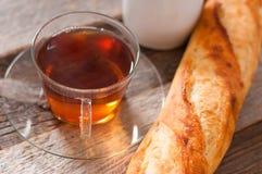 Tasse Tee auf der hölzernen Tabelle Stockbild