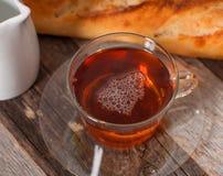 Tasse Tee auf der hölzernen Tabelle Stockfotografie