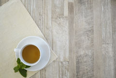 Tasse Tee auf der Tabelle Stockbild
