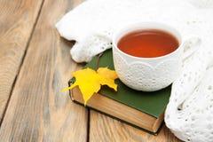 Tasse Tee auf einem alten Buch Lizenzfreie Stockfotos