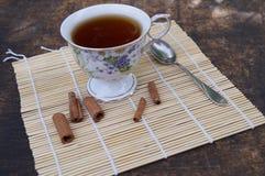 Tasse Tee auf einem Holztisch Stockfotografie