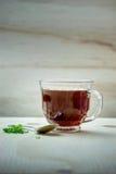 Tasse Tee auf einem Holztisch Stockfotos