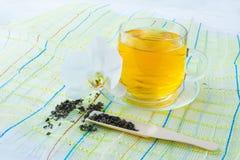 Tasse Tee auf grüner Serviette Stockfotografie