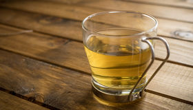Tasse Tee auf hölzernem Hintergrund lizenzfreie stockbilder
