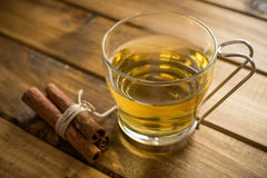 Tasse Tee auf hölzernem Hintergrund Stockfotografie