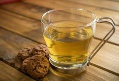 Tasse Tee auf hölzernem Hintergrund stockfoto