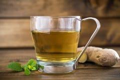 Tasse Tee auf hölzernem Hintergrund stockbilder