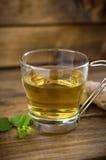 Tasse Tee auf hölzernem Hintergrund lizenzfreies stockbild
