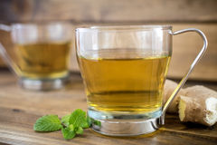 Tasse Tee auf hölzernem Hintergrund lizenzfreies stockfoto