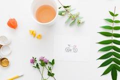 Tasse Tee auf Handwerkerarbeitsplatz-Ebenenlage Stockfoto
