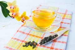 Tasse Tee auf karierter Serviette Lizenzfreies Stockfoto