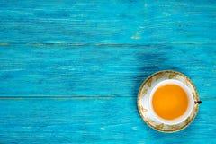 Tasse Tee auf Türkisschreibtisch Stockfotos