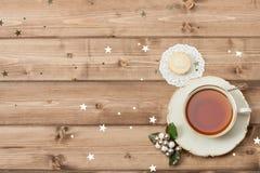 Tasse Tee Festliche Nahrung Glänzende Sterne hölzern Lizenzfreie Stockfotos