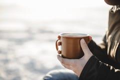 Tasse Tee in Frauen ` s Händen Stockbilder