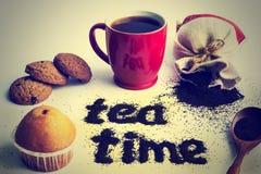 Tasse Tee gemacht von den Teeblättern mit einer Aufschrift Teezeit Stockfotos