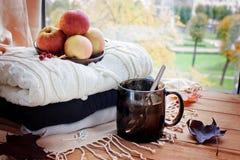 Tasse Tee, Herbstahornblätter auf einem hölzernen Hintergrund Selectiv stockbild