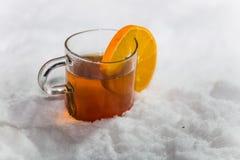 Tasse Tee im Schnee Stockfotos