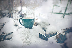 Tasse Tee im Winterblizzard Stockbild
