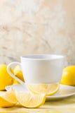 Tasse Tee/Kaffee u. Zitronen Stockbild