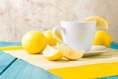 Tasse Tee/Kaffee u. Zitronen Stockfotografie