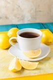 Tasse Tee/Kaffee u. Zitronen Stockfotos