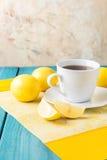 Tasse Tee/Kaffee u. Zitronen Lizenzfreies Stockfoto