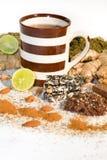 Tasse Tee mit Bestandteilen für Tee Stockfotos
