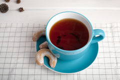 Tasse Tee mit Biskuiten Fünf O-Borduhr Stockfotografie