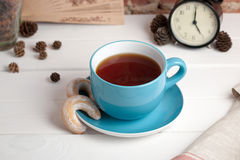 Tasse Tee mit Biskuiten Fünf O `Borduhr Lizenzfreie Stockbilder