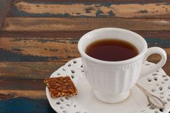 Tasse Tee mit Bonbons lizenzfreies stockfoto