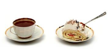 Tasse Tee mit dem Löffel und der Scheibe der Torte auf Weiß Stockbild