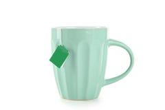 Tasse Tee mit dem Teebeutel lokalisiert auf weißem Hintergrund Lizenzfreies Stockbild